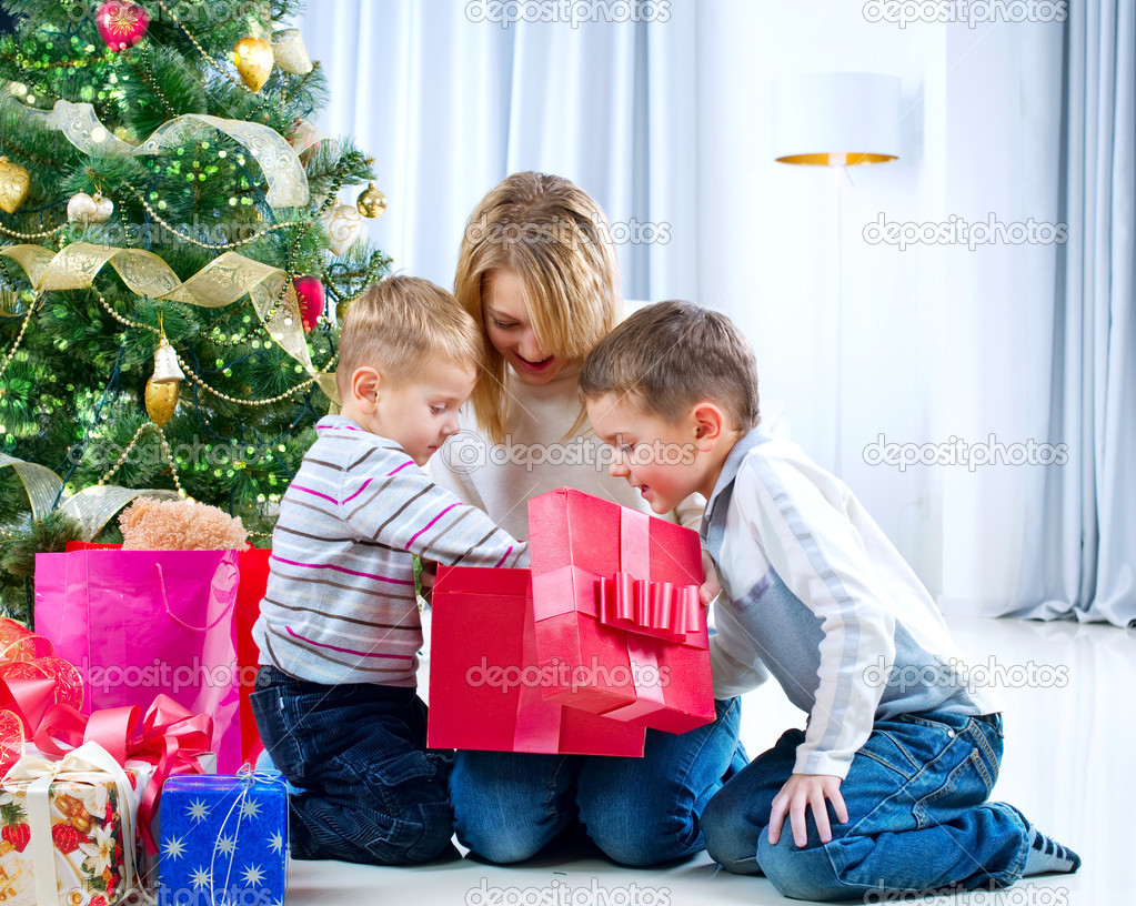 Happy Kids with Christmas Gifts — Stock Photo #10676218