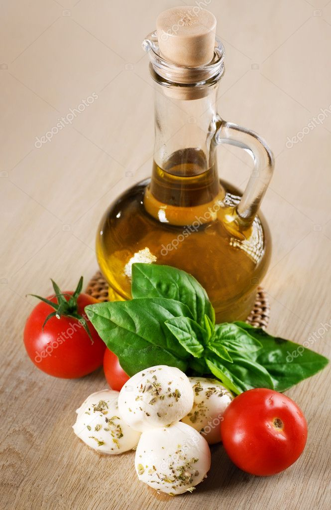 Olive Oil With Mozzarella, Tomato And Fresh Basil — Stock Photo #10676955