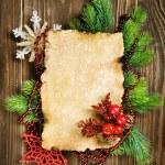 Sapin de Noël avec des décorations de Noël et papier — Photo
