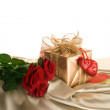 Gift Box And Red Roses - Foto Stock