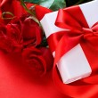 Roses and Gift box. Wedding present — Stock Photo