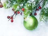 Boże narodzenie dekoracje na tle śniegu — Zdjęcie stockowe