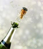 Explosão de champanhe. celebrando o conceito — Fotografia Stock