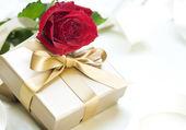 Romantisches geschenk und rose — Stockfoto