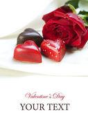Cartolina di san valentino. cuori di cioccolato e rosa rossa — Foto Stock