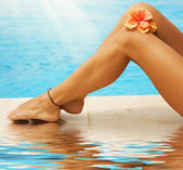 Vacation Concept. Legs In The Swimming Pool — Stockfoto