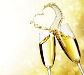 Dwa kieliszki do szampana z rozchlapać serce streszczenie — Zdjęcie stockowe