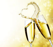 Iki şampanya bardağı soyut kalp sıçrama ile — Stok fotoğraf