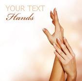 Schönen frauenhänden. maniküre-konzept — Stockfoto
