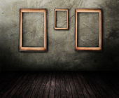 Grungy Room With Empty Frames On The Wall — Stock Photo