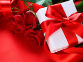 Roses and Gift box. Wedding present — Stockfoto