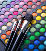 Pędzle do makijażu i makijaż oczu cieni — Zdjęcie stockowe