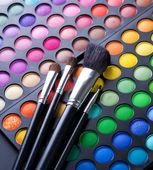 Pinceaux de maquillage et maquillage ombres à paupières — Photo