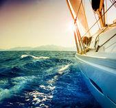 针对 sunset.sailboat.sepia 游艇帆船定了调子 — 图库照片
