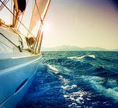 Yacht a vela contro sunset.sailboat.sepia tonificati — Foto Stock