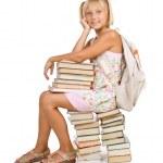 koncepcja edukacji. dziewczyna siedzi na stosie książek — Zdjęcie stockowe