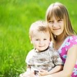 siostra i brat odkryty — Zdjęcie stockowe