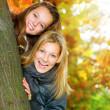 С удовольствием в осеннем парке красивых девочек-подростков.Открытый — Стоковое фото