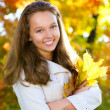 belle adolescente en automne parc — Photo