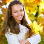 美丽少女在秋天公园 — 图库照片