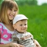 Счастливые дети. Сестра и брат Открытый — Стоковое фото