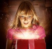 贈り物を喜んでいる子供 — ストック写真