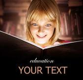 Chlapče, čtení knihy. vzdělání — Stock fotografie