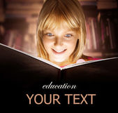 Kind lezen van het boek. onderwijs — Stockfoto