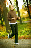 Junge frau joggen im freien — Stockfoto