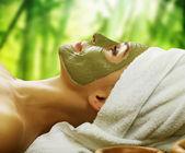 žena v lázních. bahenní maska — Stock fotografie