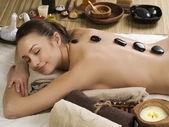 Spa woman.hot kamienie do masażu — Zdjęcie stockowe