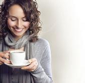 Krásná žena s šálkem čaje nebo kávy — Stock fotografie
