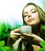 Bella ragazza bevendo tè verde sano. assistenza sanitaria o a base di erbe — Foto Stock