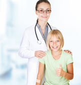 Pierwszej pomocy. lekarz i szczęśliwe dziecko dziewczynka — Zdjęcie stockowe