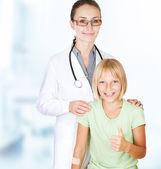 Premiers soins. médecin et heureuse petite fille enfant — Photo