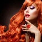 波浪的红头发。时尚女孩画像 — 图库照片