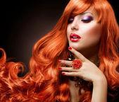 波浪的红头发。时尚女孩画像. — 图库照片