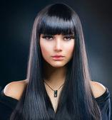 Güzel esmer kız. sağlıklı uzun saç — Stok fotoğraf