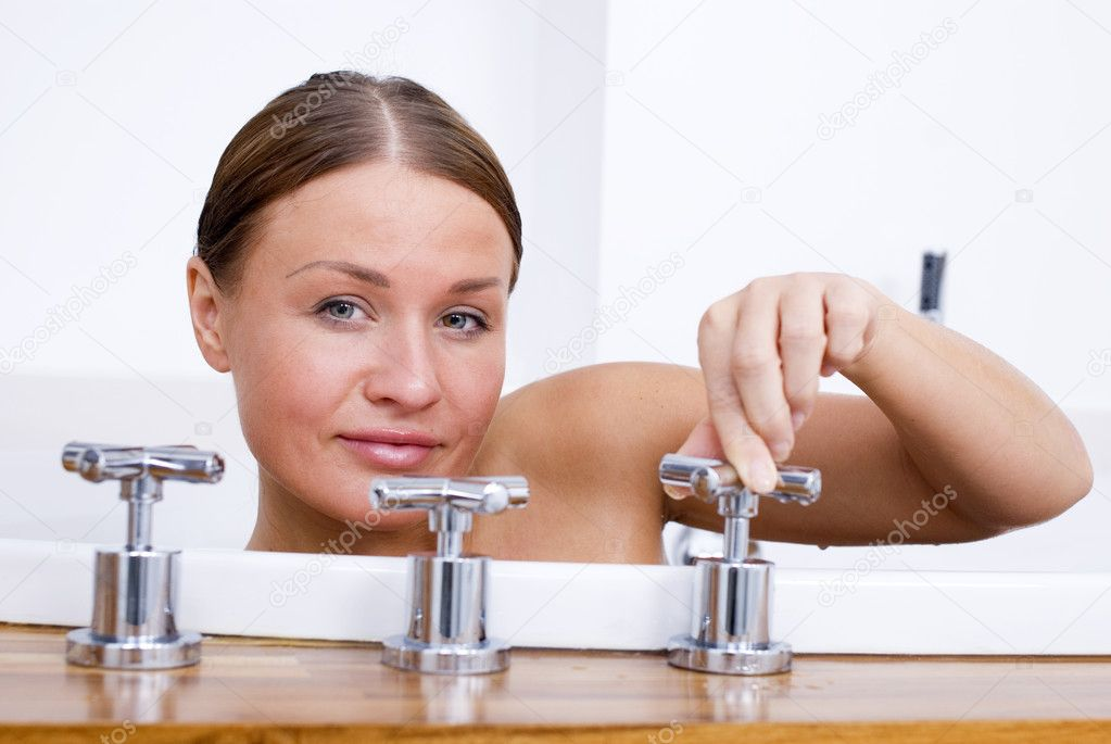 Young woman relaxing in the bathtub — Stock Photo #9655102