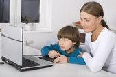 Madre e figlio usando portatile — Foto Stock