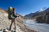 Lone trekker looking into the distance — Stock Photo