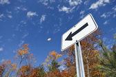 Yol işaret ve sonbahar renkleri — Stok fotoğraf