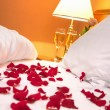 Foto Stock: Petals of rose in bedroom