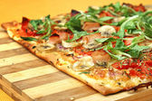 EDZR - Cheese, banana, ham, onion and arugula pizza — Stock Photo