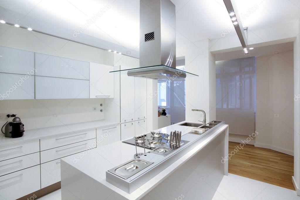 Moderne weiße Küche mit Holzboden — Stockfoto © Policarpo #9644674