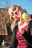 žena a velikonoční vajíčko — Stock fotografie