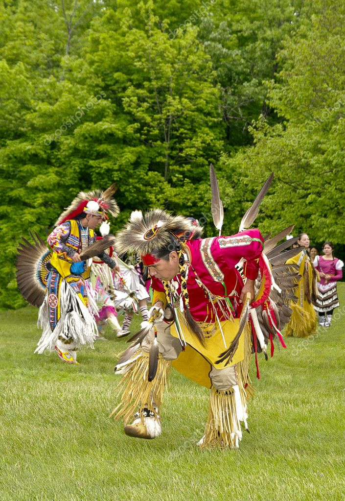 OTTAWA, CANADA - MAY 28: Unidentified aboriginal men and women dancing in full dress and head regalia during the Powwow festivities at Ottawa Municipal Campground in Ottawa Canada on May 28, 2011. — Stock Photo #10018093