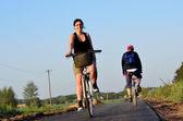 Mujer joven en una ruta de bicicleta — Foto de Stock