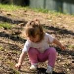 Little girl found bird feathers — Stock Photo