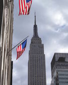 View towards Empire State Building with two Americain flags — Stock Photo